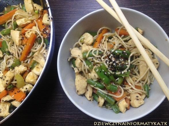 noodle z kurczakiem, warzywami i sosem sojowym (2)