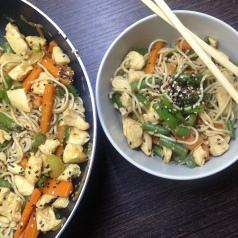 noodle z kurczakiem, warzywami i sosem sojowym-miniaturka