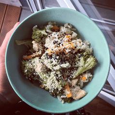smazony ryz z kurczakiem i warzywami