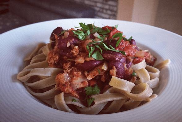 makaron z tunczykiem i pomidorami